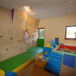 Plac zabaw ze ścianką wspinaczkową i systemem piankowym