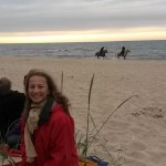 Konie biegnące brzegiem morza