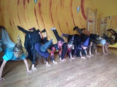 Dzieci w przebraniach ćwiczą jogę